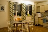 оформление окна на кухне шторами